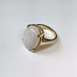 AN 111 - 14K yellow gold ring with oval opal.