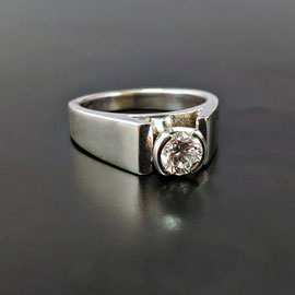 JO 1 - 14K white gold ring with bezel set diamond.