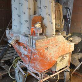 der Mischer verarbeitet Pulver und Wasser zu einem Brei
