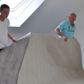 das Wagener Team aus Hamburg verlegt den Teppichboden