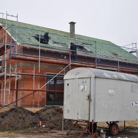 die Fenster werden ein-, die Dachrinne angebaut