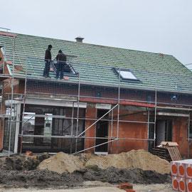 die ersten Dachziegel werden verlegt