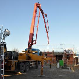 Pumpwagen mit großem Ausleger pumt den Beton direkt auf die Platten