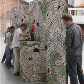 Les assistants aident l'artiste à préparer son exposition.