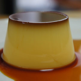 焼き菓子屋のプリン ; パスチャライズ牛乳、卵、甜菜グラニュー糖だけで作る素朴でシンプルなカスタードプリン。しっかりとした苦味のある昔ながらのプリン。