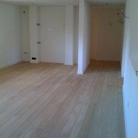 Eiken planken rechtstreeks verlijmd op dekvloer behandeld met skylt lak