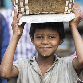 Fröhliches Kind in Bangladesch