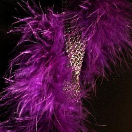 LEDA, un sautoir fashion en cotte de mailles et boa violet  Prix 120 €