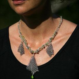Thalie, un collier chic en cotte de mailles inox et perles vertes et jaunes  Prix  150 €
