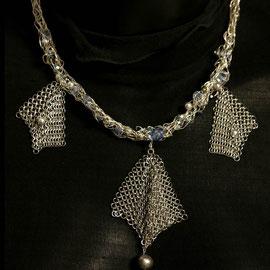 Thalie, un collier chic en cotte de mailles inox et perles grises et bleues  Prix 150 €