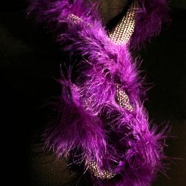 LEDA, un sautoir tendance en cotte de mailles et boa violet  Prix 120 €