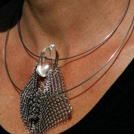 Nat, collier design de créateur en cotte de mailles inox et perle en résine  Prix  90 €
