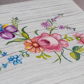 Table de desserte en bois peint - Imitation bois cérusé & décor floral (détail)- Pascale Richert