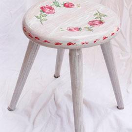 Tabouret en bois peint - Imitation bois cérusé & décor floral -copyrightPascale Richert