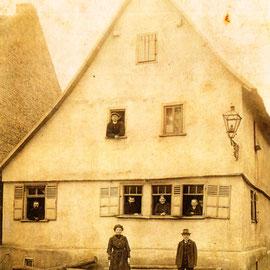 """Foto Sammlung Gerda Bonarius: """"Eckwagners"""" bzw. Familie Thönges, Oberpforte 2 in Steinfurth um 1910"""