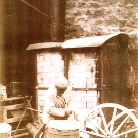 Foto Sammlung Gerda Bonarius: Schmied Matthäus Schwegler, geboren 1863; er zieht Eisenringe auf Holzräder und Fässer