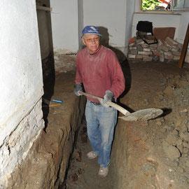 Ausheben einer Schürfgrube mit Fund einer Pfahlgründung: Roland Reisert