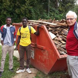 Ibrahim, Balla und Abdoula aus dem Senegal helfen beim Aufräumen des Altholzes