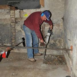 Abspitzen des Betonbodens für Schürfgruben: Roland Reisert