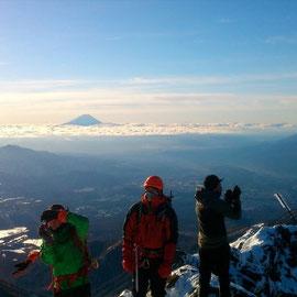 赤岳山頂にて。雲海に浮かぶ富士。