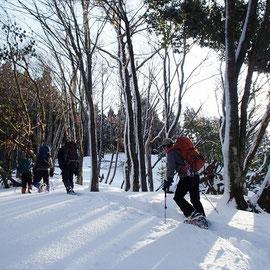 雪の斜面を登ります