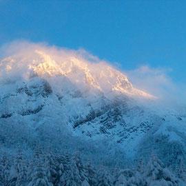 赤岳に雲がかかる。カッコいい。