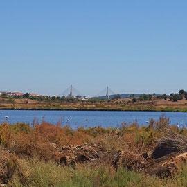 Panorama der tiefblauen Salzseen bis hinüber nach Andalusien ... im Hintergrund die Pilonen der Autobahnbrücke über den Rio Guadiana, den Grenzfluss zu Spanien, die besonders in den Sommermonaten beide Länder für tausende Urlauber verbindet