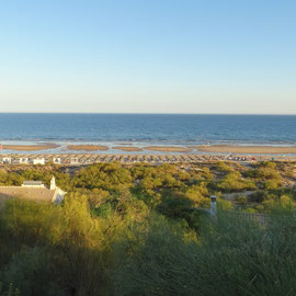 einfach ein toller Ausblick über die grünen Baumwipfel hinunter zum Praia Verde, der im  Abendlicht langsam zur Ruhe kommt, denn die meisten Strandbesucher haben ihn bereits verlassen