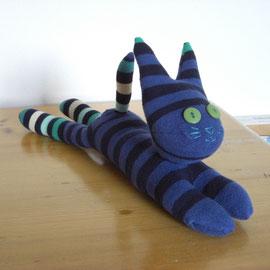Sockenkatze, dunkelblau-schwarz gestreift mit grün