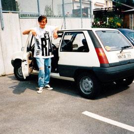 Mein Jüngster, 15 Jahre alt, neben unserem ersten Auto (1994)