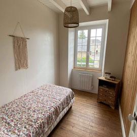 La petite chambre de 8 m2 dispose d'1 lit de 90*190. Elle est idéale pour 1 adulte ou 1 enfant.