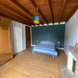 La grande chambre de 24 m2 dispose d'1 lit de 160*200. Elle est idéale pour une famille car elle peut accueillir 1 lit-parapluie et 1 lit supplémentaire pour 1 personne.