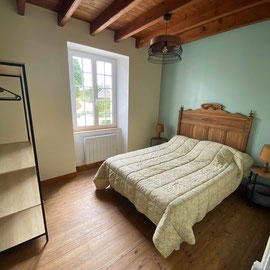 La chambre moyenne de 11 m2 dispose d'1 lit de 140*190. Elle est idéale pour 1 couple ou 2 enfants.