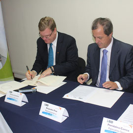 Thomas Solomon,  Director Nacional de Visión Mundial y Alejandro Fros, Representante a.i. del BID en Guatemala.