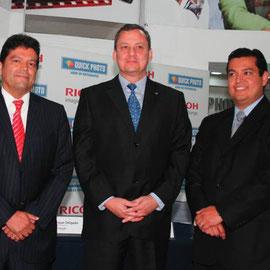 De izquierda: Alfonso Molina, Presidente de Quick Photo Centro America, Enrique Delgado, Gerente General de RICOH Guatemala y Guillermo Estuardo Molina, Gerente General de Quick Photo Guatemala .