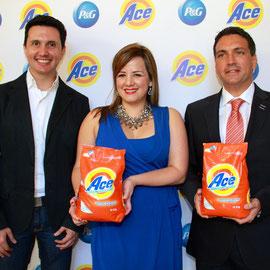 Eduardo  Figueroa, Diseñador Guatemalteco; Sabrina Mujica, Gerente de Comunicaciones de P&G y Ricardo Vivanco, Director Comercial de P&G.