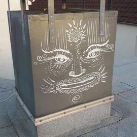 Mit spirituellem Gesicht bemalter Metallschornstein. Weißer Akrylmarker.