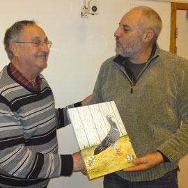 Georges Vergnaud remet son prix à Gilles Micard
