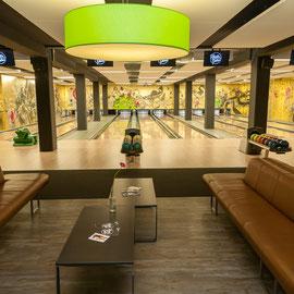 Bowlingbahn mit Gold Hintergrund und Graffiti