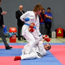 Karate Landesmeisterschaften - Jun-Patrick Raabe (blau, VfL Osaka Lüneburg) vs. Matthias Weber (Blau-Weiss Buchholz)