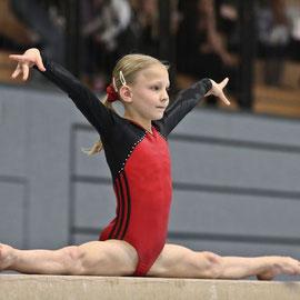 Landesmeisterschaften - Johanna Blumenberg auf dem Balken (TSV Buchholz 08)