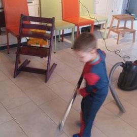 Putzen im Spidermann kostüm