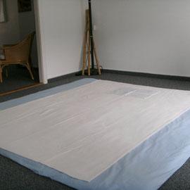 Shiatsu wird mit lockerer Kleidung auf einem Futon ausgeführt