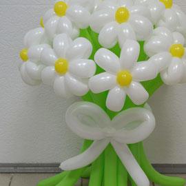 Букет белых ромашек из шаров
