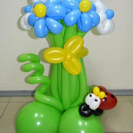 Цветы из шаров на полянке