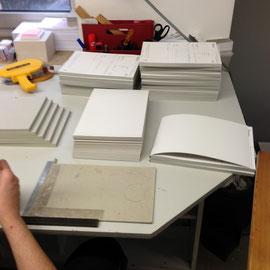 Blöcke mit Umschlag in der Weiterverarbeitung.