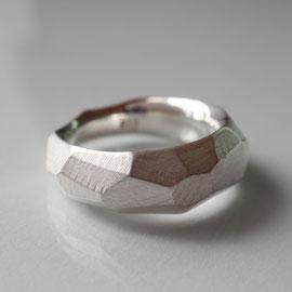 Ring aus Silber gefeilt