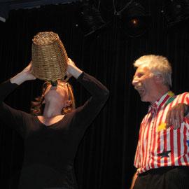 Sara Gibson als Trinculo und Tilman Schauwecker als Stephano (Foto: Hajo Fickus)