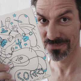Frank Schulz mit Zeichnung in der Hand