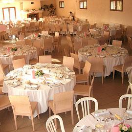 Au Domaine de Fontbespierre : salle et tables dressées